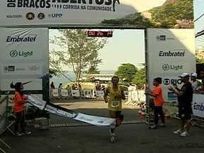 Dois mil corredores participam da corrida Vidigal de Braços Abertos - Aldair chega em primeiro lugar no percurso de 6km e elogia a paisagem do local.