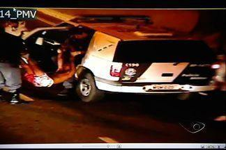 Jovem é morto e universitária é baleada em ônibus de Vitória - Coletivo da linha 213 seguia para Mata da Praia, bairro nobre da capital. Crime aconteceu em frente à prefeitura. Suspeito fugiu a pé, diz polícia.