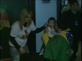 Depois de ouro na esgrima em Londres, atleta paralímpico desembarca em Porto Alegre - Atleta foi recebido pela família no aeroporto Salgado Filho.