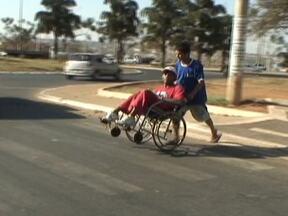 Cadeirantes sofrem por falta de sinalização em novo estacionamento - Um novo estacionamento no Centro de Taguatinga, com acesso para cadeirantes ainda enfrenta problemas. A falta de sinalização e o desrespeito dos motoristas prejudicam o bom funcionamento.