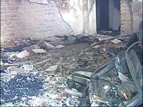 Duas crianças são internadas vítimas de incêndio em Jundiaí, SP - Dois irmãos estão internados em estado grave vítimas de um incêndio em Jundiaí (SP). As crianças estavam sozinhas na casa no momento em que o fogo começou. Eles foram encontrados desmaiados após terem inalado muita fumaça.