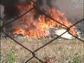 Homem coloca fogo em lixo em Umuarama - Fumaça tomou conta do bairro e atrapalhou os moradores