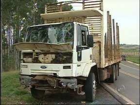 Acidente entre dois caminhões deixa uma pessoa ferida em rodovia de Guareí, SP - Um acidente entre dois caminhões na Rodovia Aristídes da Costa Barros (SP-157), em Guareí (SP), deixou uma pessoa ferida.