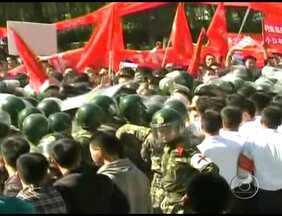 Milhares de chineses protestam contra o Japão - O protesto foi por causa de um arquipélago em disputa entre os dois países. O Japão anunciou a compra de três ilhas particulares no local. Os manifestantes chineses atacaram a embaixada japonesa em Pequim e destruíram carros japoneses.