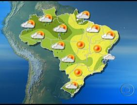 Chuva forte pode ocorrer em parte do Norte e do Sul do Brasil - Da fronteira com o Uruguai ao sul de Santa Catarina, a chuva pode vir com raios e ventania. Chove fraco em alguns pontos entre o leste de Minas Gerais e o litoral de Pernambuco.