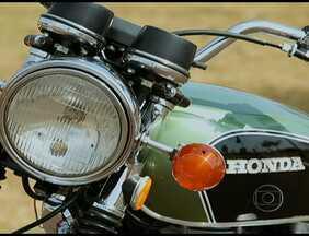 Colecionador de motos fala sobre a Honda 500 Four - Honda 500 Four tem 500 cc, com quatro cilindros, quatro carburadores e escapamento 4 em 1. O motor responde muito mais rápido que o original.