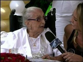 Dona Canô completa 105 anos com muita alegria - Caetano e Maria Bethânia compareceram a festa de aniversário da mãe