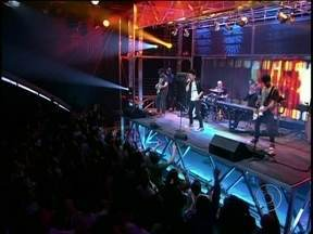 Jota Quest se apresenta na abertura do Programa do Jô com 'Tudo está parado' - A banda Jota Quest agita a plateia do programa com nova música