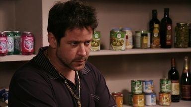 Tufão questiona Janaína sobre namoro de Nina - Adauto chega na cozinha e a empregada avisa a Muricy e Leleco. Tufão repreende os pais e Janaína suspira pelo patrão