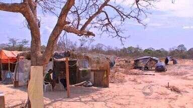Invasores falsificam placas para grilar terrenos em Cuiabá - A invasão de um terreno em uma das regiões mais valorizadas de Cuiabá movimenta muito dinheiro. Invasores chegaram a falsificar placas de uma Secretaria de Cuiabá para reservar lotes grilados.