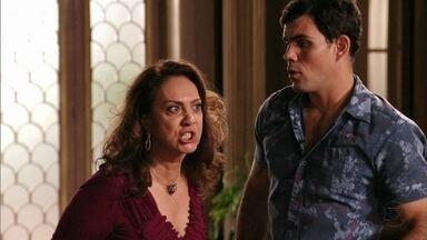 Muricy decide acabar com a viagem de Nina e Jorginho - Tufão tenta impedir a mãe, mas Carminha incentiva a sogra a ir até à casa de Jorginho