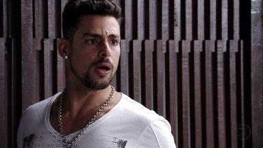 Jorginho acusa Carminha de ter armado o próprio sequestro - Muricy e Carminha invadem o apartamento do jogador e Tufão fica atônito com a revelação do filho