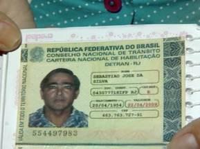 Motorista de carreta perde controle do veículo, tomba e morre na BR-101 em João Neiva, ES - Carreta desgovernada ainda atingiu um carro e deixou um homem ferido