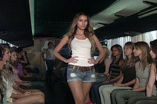 Centenas de meninas foram até o ônibus da Menina Fantástica, em João Pessoa - Disputa acirrada não desestimulou jovens, que mostraram muita simpatia e postura.