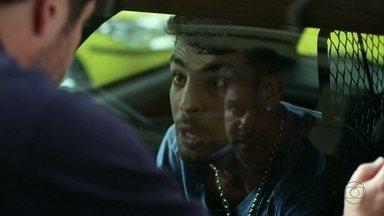 Jorginho acusa Carminha de tramar contra Nina - O jogador chama a mãe de bandida, mas é contido por policiais