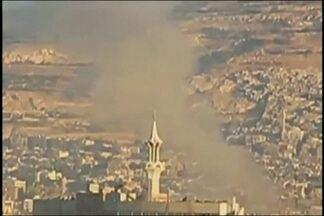 Quartel general do exército sírio é atacado em Damasco - O exército livre da Síria, formado na maioria por soldados desertores, assumiu a autoria do ataque. Foram duas grandes explosões, seguidas de um tiroteio entre os militares e os rebeldes.