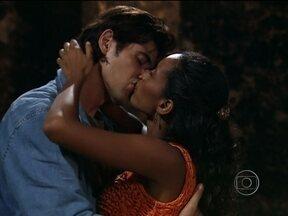 Preta e Paco se beijam apaixonadamente - Helinho se emociona ao ver os dois juntos