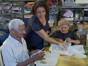 Idosos e jovens convivem em oficina de trabalhos manuais em Brasília - Uma oficina onde papel vira obra de arte, trabalho gera renda, e boa vontade transforma vidas. O objetivo é manter os idosos ocupados com trabalhos manuais, o que estimula a convivência social e a saúde da mente.
