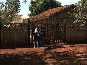 Agentes de endemias encontram dificuldades para combater mosquito da dengue - Das 400 residências visitadas em Assis Chateaubriand, 150 estão fechadas.