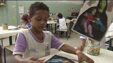 Crianças de escolas de Santos imitam a arte em recriação de quadros - Iniciativa partiu da professora de estudantes com idades entre cinco e seis anos.