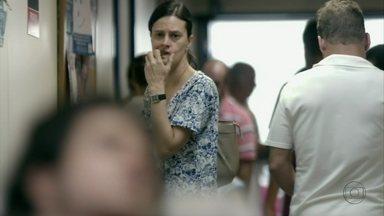 Janaína vê intimidade entre Carminha e Lúcio e se preocupa - A empregada pergunta ao filho se a patroa o está bancando