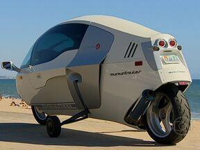 """Monotracer mistura moto, carro e avião e é destaque do filme """"O vingador do futuro"""" - AutoEsporte viaja para os Estados Unidos para conhecer o veículo suíço de duas rodas que lembra o cockpit de um caça. Modelo com motor de 130cv é destaque no cinema."""