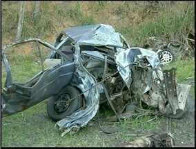 Corpos dos envolvidos em acidente com caminhão de tijolos são liberado de IML de Campos - O acidente foi neste sábado (29). Cinco pessoas que estavam no mesmo carro morreram com a batida.