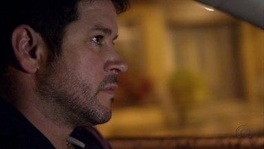Tufão fica perturbado com revelação de Janaína - Ela garante ao ex-jogador que Max e Lúcio foram cúmplices no assalto à mansão e conta que foi ameaçada pelo marido de Ivana