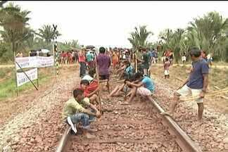 Transporte de minério de ferro e de passageiros pela Ferrovia Carajás está suspenso - O transporte de minério de ferro e de passageiros pela Estrada de Ferro Ccarajás está suspenso há dois dias. Índios Guajajaras mantêm a interdição da ferrovia, em Alto Alegre do Pindaré.