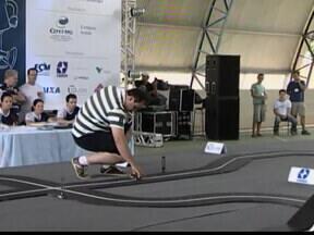 Universitários participam de torneio de robótica em Araxá, MG - Ideias dos estudantes podem contribuir para o desenvolvimento cientifico.Torneio termina nesta sexta-feira (5) e robô mais rápido será o campeão.
