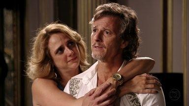 """Max reaparece e Carminha fica assustada - Após """"acidente"""", Max visita a mansão e conta como sobreviveu"""