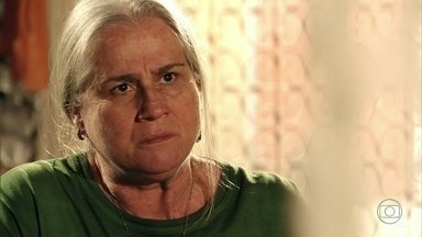 Mãe Lucinda diz que Max pretende entregar as fotos para Tufão - Após contar os planos do filho a Nina, ela se arrepende