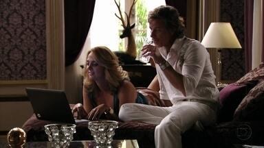 Ivana mostra o novo apartamento para Max - Após a cunhada deixar o quarto, Carminha tenta conversar com Max