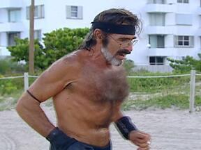 Americano corre 12 quilômetros todos os dias há 37 anos - Robert Kraft, conhecido como Raven ('corvo' em inglês), corre todos os dias na areia da praia em Miami e nunca parou. Nem mesmo quando houve furacão, ou quando foi internado por causa de um problema respiratório.