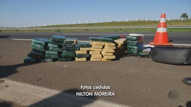 Após acidente, polícia apreende 75 quilos de maconha com casal em Santa Cruz da Conceição - Após acidente, polícia apreende 75 quilos de maconha com casal em Santa Cruz da Conceição.