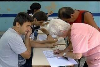Jovens e idosos do interior do RJ votam mesmo sem ser obrigados - Votar é obrigatório para a maioria da população brasileira, mas quem tem entre 16 e 18 anos ou acima de 70 não precisa.