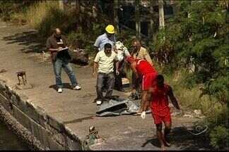 Corpo de mulher é encontrado na baía de Vitória - Bombeiros utilizaram lancha para fazer resgate.