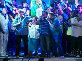 Prefeitos reeleitos festejam em todo o país - Em Porto Alegre, cerca de mil pessoas participaram da festa da vitória de José Fortunatti (PDT). Em Belo Horizonte, Márcio Lacerda, do PSB, chegou a dançar na comemoração. No Rio de Janeiro, a reeleição de Eduardo Paes foi em Madureira, com samba.