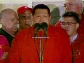 Hugo Chávez é reeleito presidente pela terceira vez na Venezuela - Hugo Chávez agradeceu o apoio do povo e o respeito do adversário. Prometeu um governo melhor e ampliar o que chama de socialismo do século XXI. Chávez obteve 54% dos votos, dez pontos percentuais a mais do que o opositor Henrique Capriles.