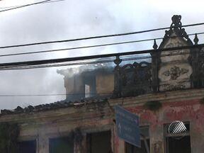 Incêndio atinge casarão abandonado no bairro da Lapinha na manhã desta quarta - O fogo foi controlado por volta das 7h30 da manhã, pelo Corpo de Bombeiros.