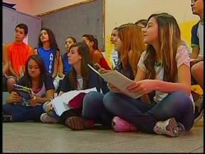 Projeto incentiva alunos a escreverem poemas em Bauru, SP - Um projeto desenvolvido há mais de uma década na Escola Municipal Cônego Aníbal Di Frância, em Bauru (SP), tem feito a diferença na vida literária de pequenos alunos.