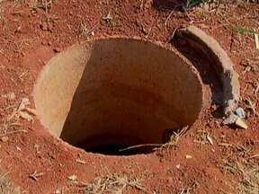 Moradores de Vila Buritis reclamam de bueiros descobertos nas ruas - A grande preocupação dos moradores é a questão da segurança. Buracos chegam a ter dois metros de profundidade. Além o perigo, os bueiros abertos acumulam grande quantidade de lixo.