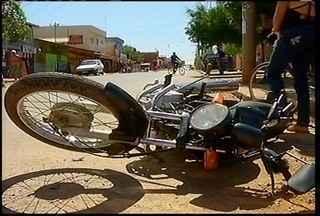 Mulher fica ferida em acidente de moto em Montes Claros - Uma mulher ficou ferida em um acidente na manhã desta quarta-feira (10) no bairro Independência, região norte de Montes Claros.