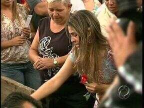 Enterrado hoje o corpo do menino atingido por uma bala perdida em Maringá - A cerimônia foi marcada por revolta e comoção