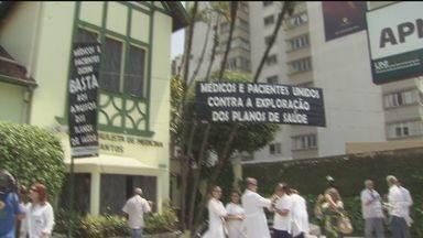 Médicos protestam contra as empresas de planos de saúde em Santos, SP - Eles reclamam dos baixos valores pagos pelas operadoras aos médicos.