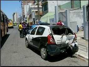 Dois menores sofrem um acidente depois de realizar assalto, em Campos - Durante a fuga os meninos de 17 anos bateram de moto em uma viatura de Polícia Civil.