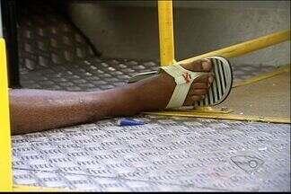 Rapaz é morto a tiros dentro de ônibus, em Vitória - Senhora ficou em estado de choque e precisou ser levada para o hospital.