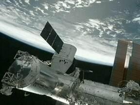 Cápsula Dragon se acopla à estação espacial internacional - A cápsula Dragon se acoplou, nesta quarta (10), à estação espacial internacional. É a primeira de 12 missões que os Estados Unidos encomendaram a uma empresa privada desde a aposentadoria dos ônibus espaciais.