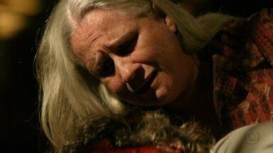 Lucinda observa o corpo Max - Ela chora e pede perdão