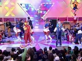 Atchim e Espirro cantam no circo do TV Xuxa - A dupla de palhaços cantou até hits da carreira de Xuxa, como 'Ilariê'